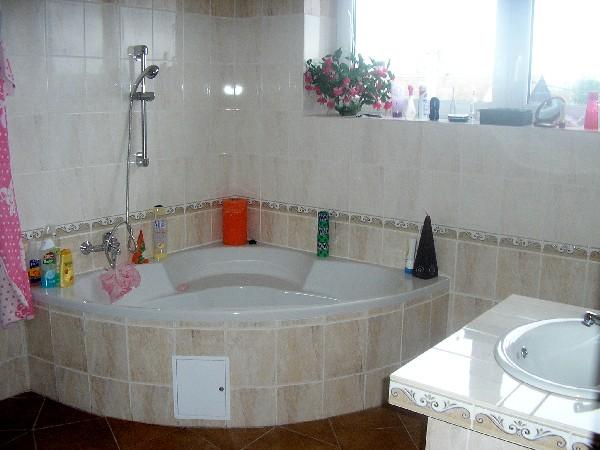 koupelna s rohovou vanou v patøe