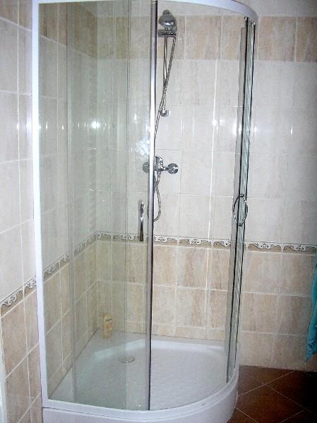 sprchový kout v koupelnì v patøe