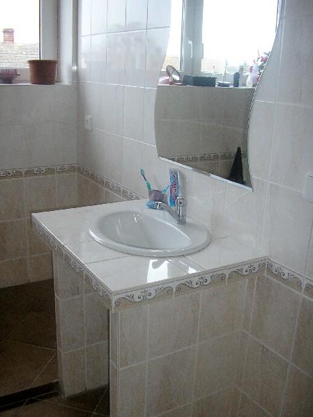 pohled na umývadlo v koupelnì